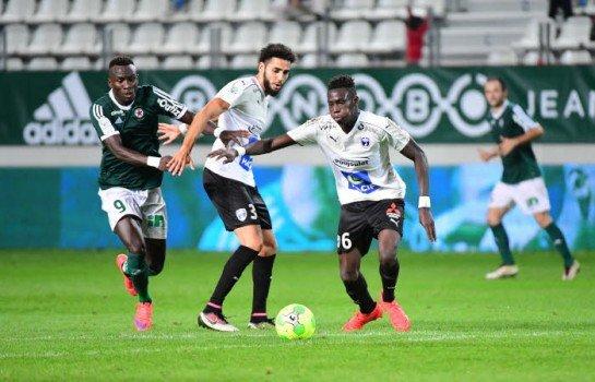 Junior Sambia, miliue de terrain du Chamois Niortais FC visé par l'ASSE