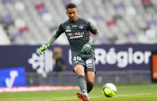 Alban Lafont ciblé par l'AS Rome pour remplacer Alisson Becker annoncé au PSG.