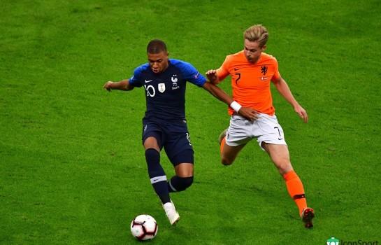 Frenkie De Jong aux prises avec Kylian Mbappé lors d'un match de Ligue des Nations entre la France et les Pays-Bas.