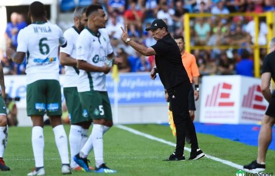 Jean-Louis Gasset, le coach de l' ASSE donnant des consignes à ses joueurs.