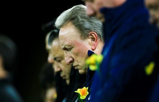 Neil Warnock très ému pendant l'hommage de Cardiff City à Emiliano Sala.