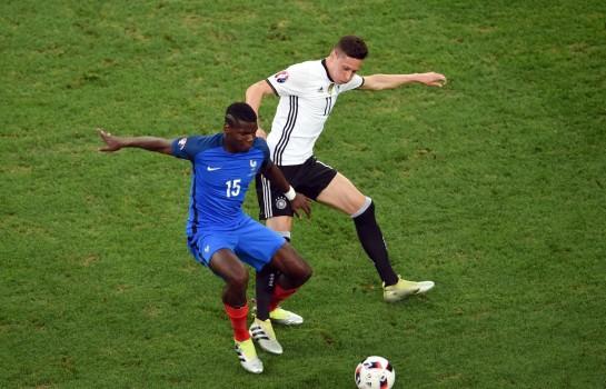 Paul Pogba et Julian Draxler lors d'un match entre la France et l'Allemagne.