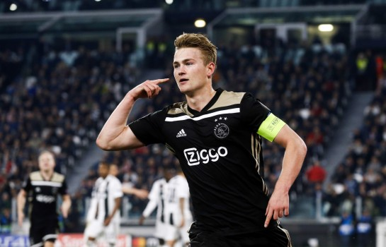 Manchester United propose 283 000 euros par semaine au joueur de l' Ajax Amsterdam Matthijs De Ligt pour tuer la concurrence du Barça et du PSG