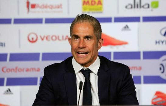 Sylvinho recadre Moussa Dembélé.