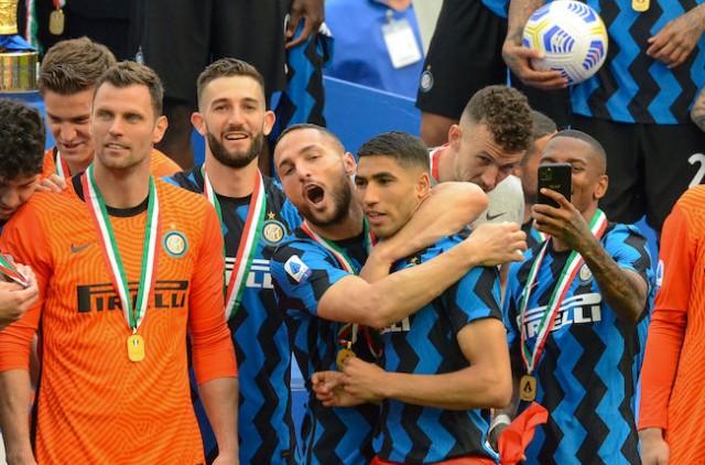Achraf Hakimi célèbre le titre de champion d'Italie