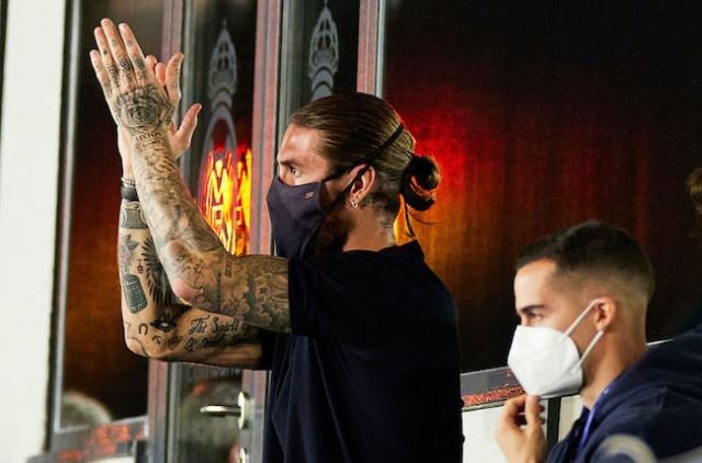 Sergio Ramos salué par les joueurs du FC Barcelone
