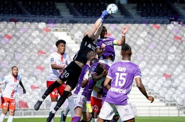 Les joueurs de Toulouse défendent leur camp