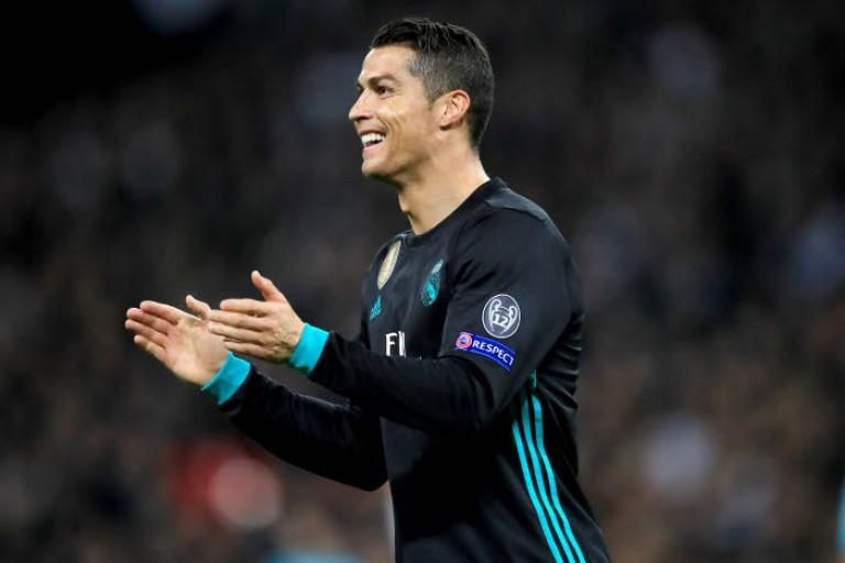 Cristiano Ronaldo sous le maillot noir du Real Madrid.