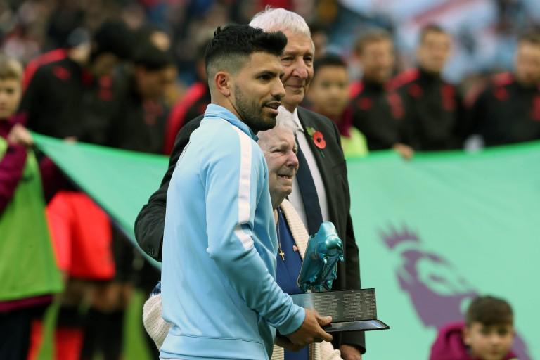 Attaquant de Manchester City, Sergio Agüero s'est blessé au genou gauche