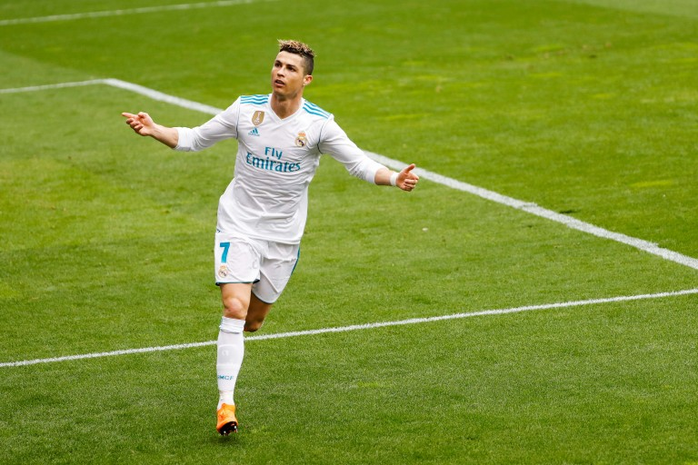 Vasyl Lomachenko offre ses gants à Cristiano Ronaldo.
