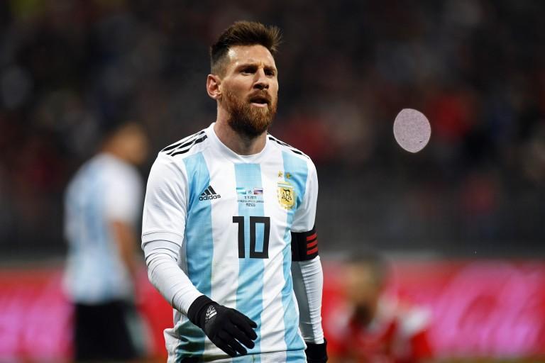 Le joueur du Barça Lionel Messi ne baisse pas les bras après la défaite de l' Argentine contre la Colombie (0-2)