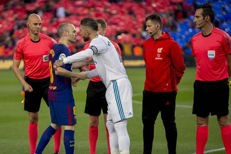 Iniesta et l'effectif du Barça ont eu un pasillo du staff.