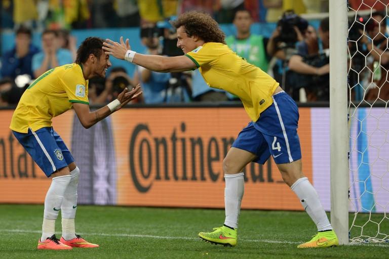 David Luiz et Neymar célèbrent un but avec la sélection du Brésil.