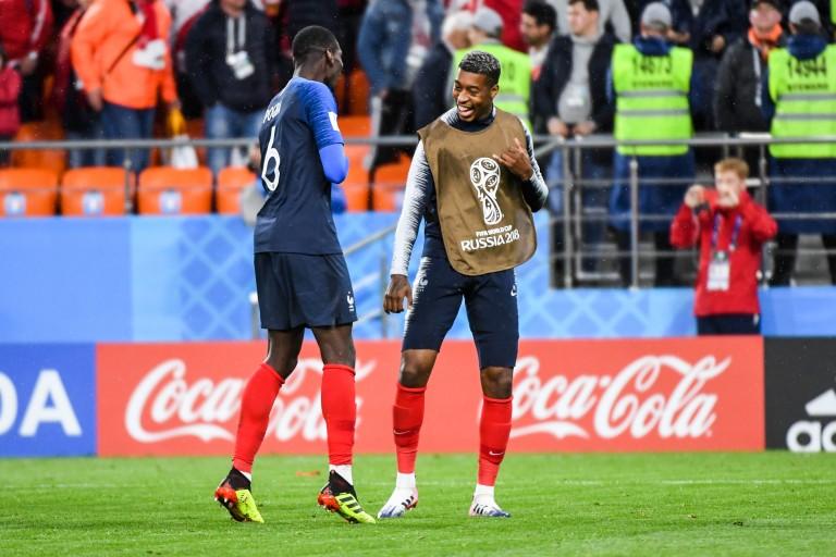 Presnel Kimpembe et Paul Pogba lors d'un match de l'équipe de France.