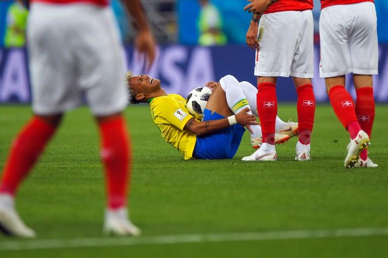 Pierre Ménès a tenu à défendre Neymar face aux critiques de Cantona et Maradona.