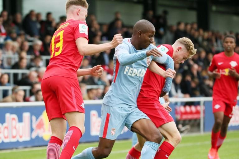 Ibrahim Diallo entre deux adversaires de Leipzig en Youth League.