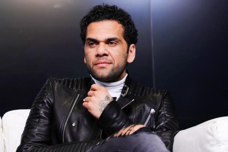 Dani Alves dément l'accord avec le PSG pour sa prolongation de contrat.
