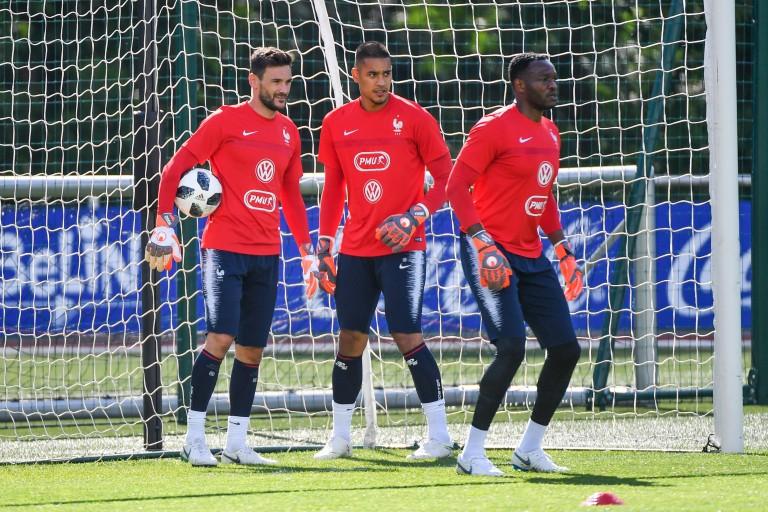 Hugo Lloris, Alphonse Areola et Steve Mandanda lors d'un entraînement de l'équipe de France.