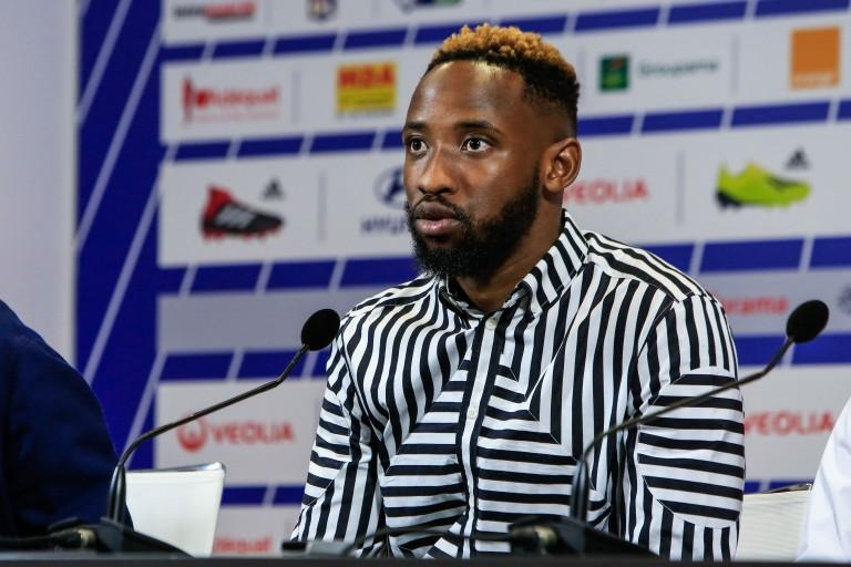 Moussa Dembélé soutient Sylvinho.