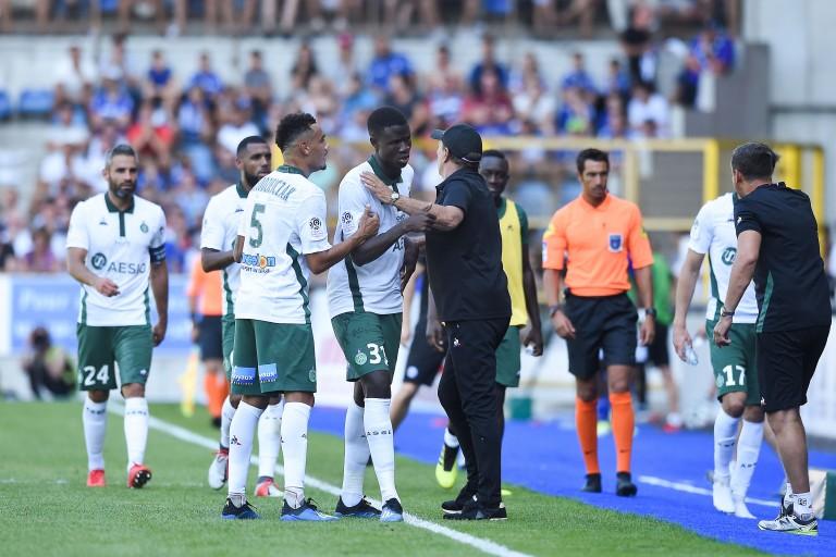 Makhtar Gueye dans les bras de Jean-Louis Gasset, coach de l' ASSE.