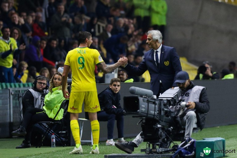 Emiliano Sala félicité par Vahid Halilhodzic à sa sortie.