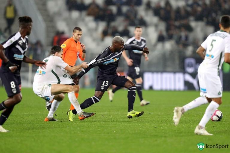 Ole Selnaes aux prises avec Younousse Sankharé lors de Bordeaux - ASSE.