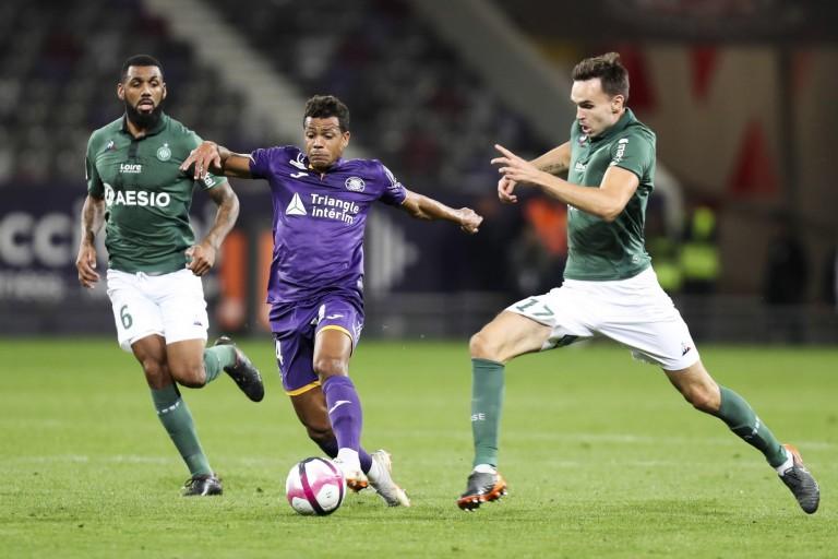 Yann M'Vila et Ole Selnaes de l' ASSE contre Mathieu Dossevi de Toulouse.