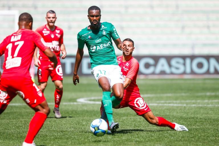 Jean-Eudes Aholou entre trois trois joueurs de Brest.