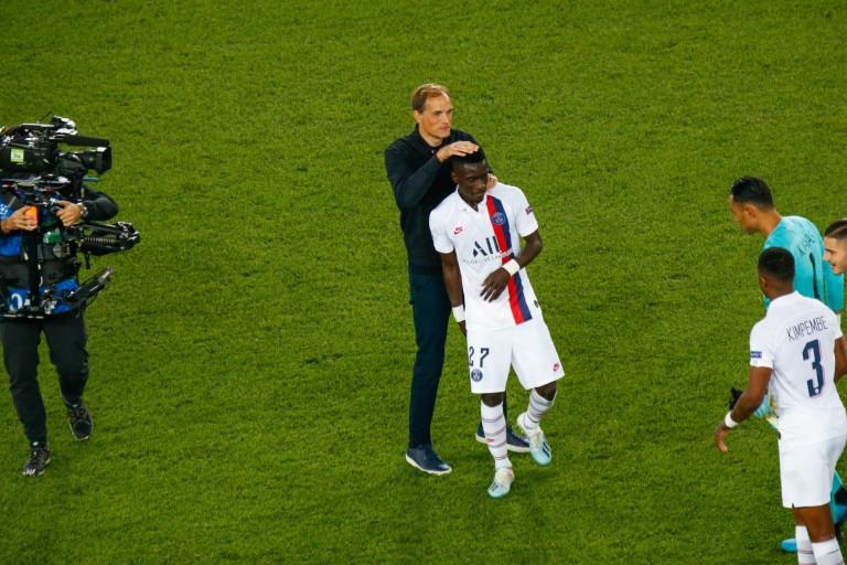 Thomas Tuchel félicite Idrissa Gueye après la victoire du PSG face au Real Madrid.
