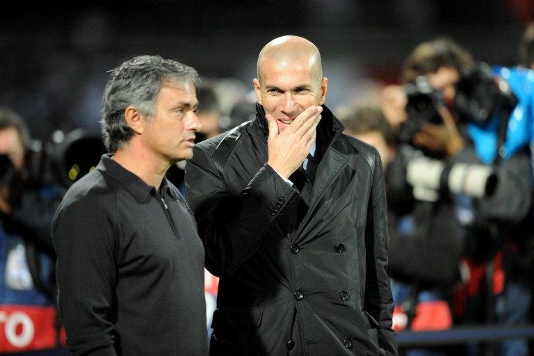 Zinédine Zidane pourrait être remplacé sur le banc du Real Madrid par José Mourinho.
