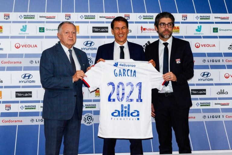 Rudi Garcia aux côtés de Juninho et le président de l' OL, lors de sa présentation officielle.