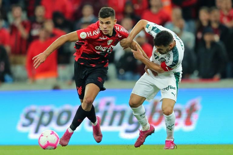 Bruno Guimaraes (en rouge et noir), nouvelle recrue de l' OL.