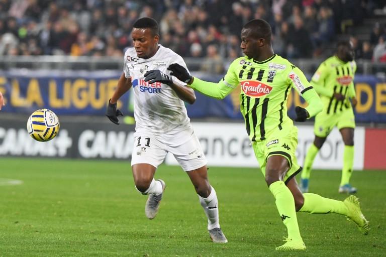 Le défenseur d' Angers, Ibrahim Cissé (à droite) face à Juan Otero d'Amiens.