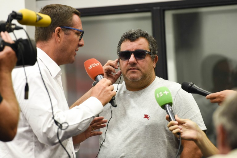 Mino Raiola, au centre, promet un grand joueur au Real Madrid