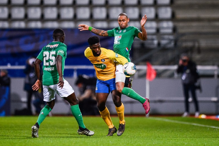 Jean-Philippe Krasso entre deux joueurs de l'ASSE Assane Diousse et Gabriel Silva