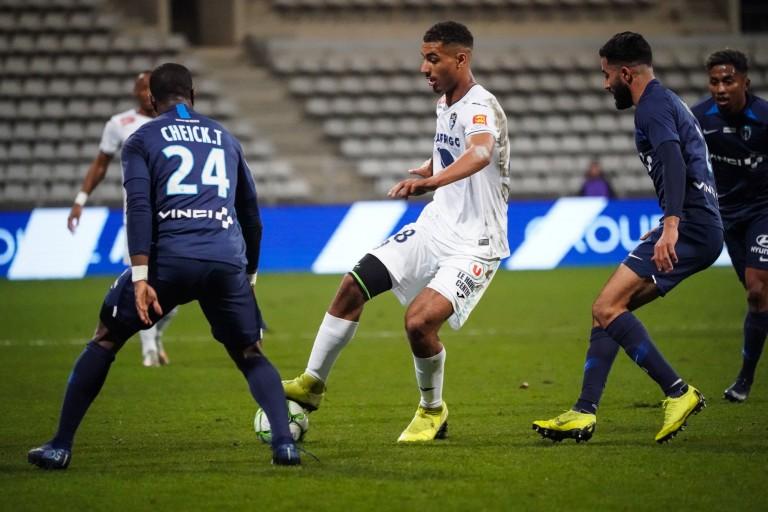 Loïc Badé, défenseur central pressenti au RC Lens, entre deux joueurs du Paris FC