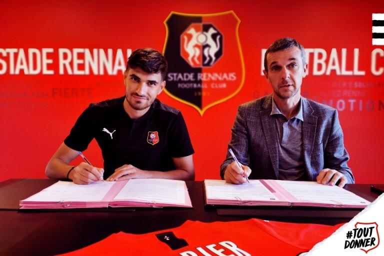 Martin Terrier, lors de la signature de son contrat avec le Stade Rennais
