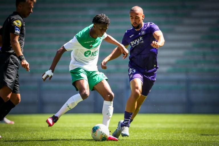 La recrue de l'ASSE, Yvan Neyou contre un joueur d'Anderlecht, en amical