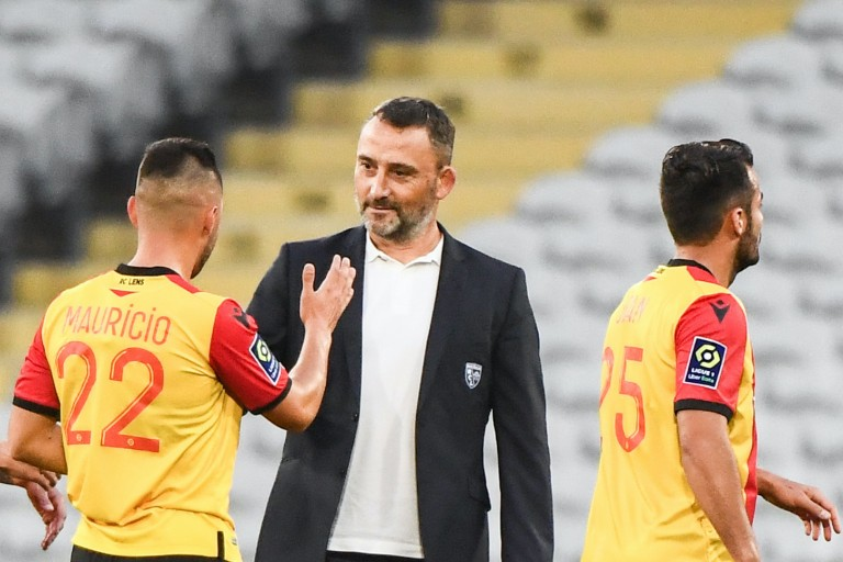 Franck Haise coach du RC Lens et deux de ses joueurs.