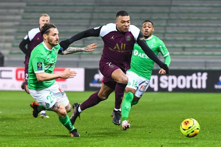 Kylian Mbappé, attaquant du PSG, entre deux joueurs de l'ASSE