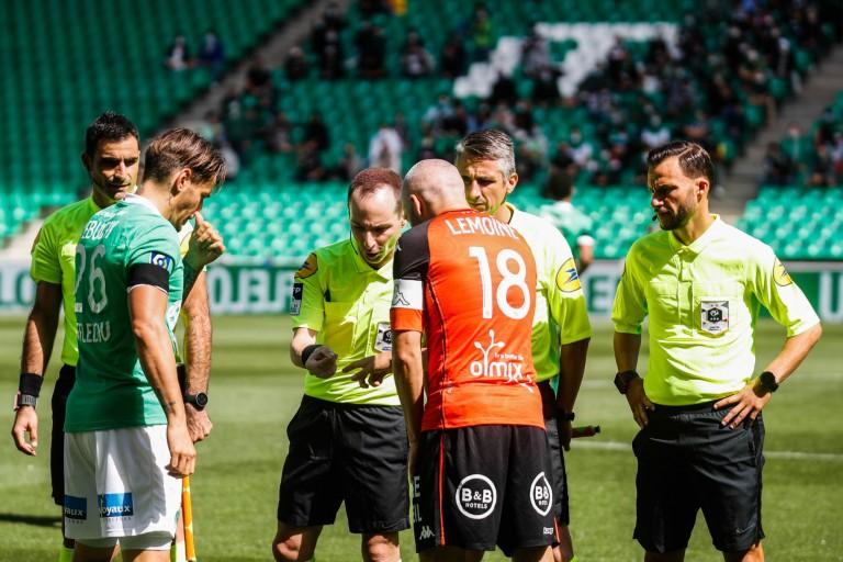 Fabien Lemoine, capitaine du FC Lorient face à Debuchy de l'ASSE.
