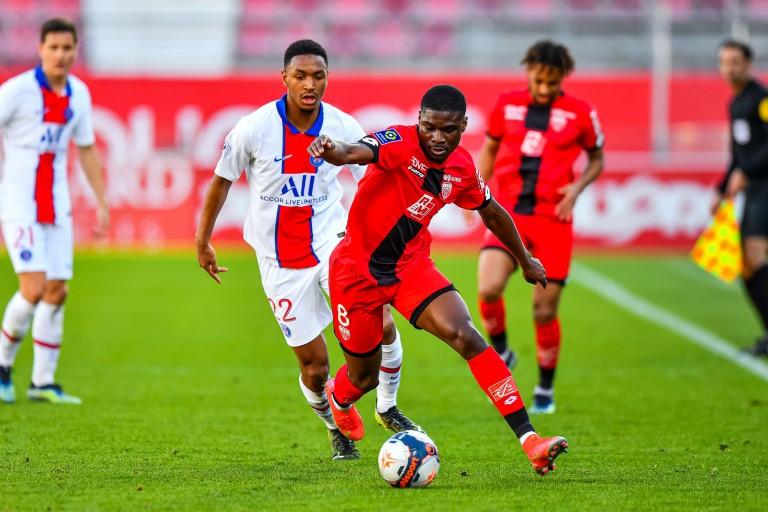 Éric Junior Dina Ebimbe (prêté par le PSG au Dijon FCO) pressé par Abdou Diallo.