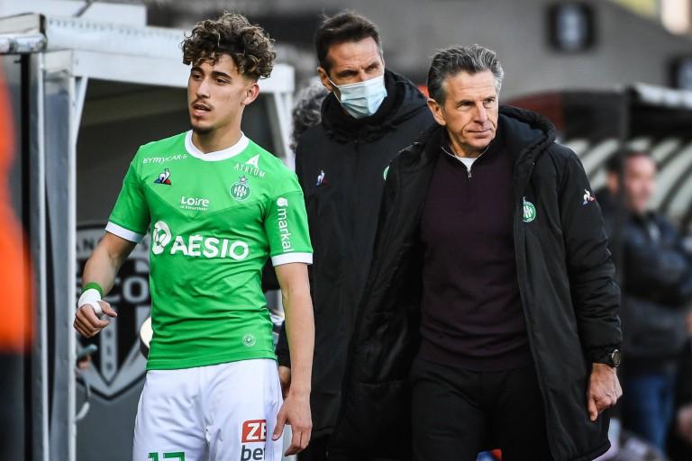 Adil Aouchiche, milieu offensif de l'ASSE, et Claude Puel.