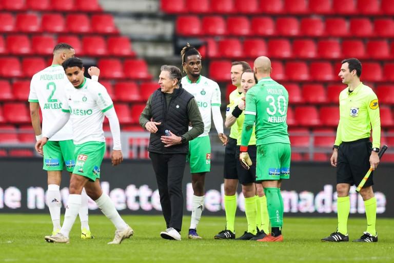 Claude Puel félicitant les joueurs de l' ASSE après la victoire à Rennes
