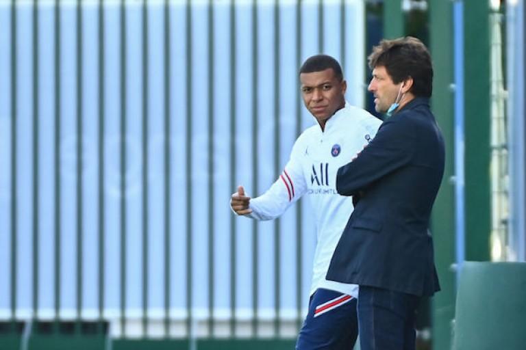 Leonardo et Kylian Mbappé au Camp des Loges, centre d'entraînement du PSG.