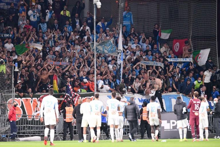 Les groupes de supporters et les ultras français rendent hommage à Clément, supporter de l' OM décédé dans un tragique accident de la route après avoir assisté à un match de son club de cœur à Angers.