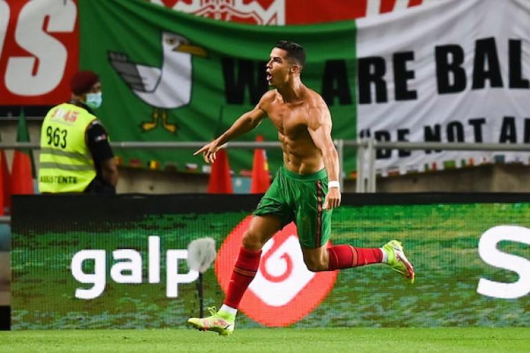 Cristiano Ronaldo célèbre son second but lors du match du Portugal face à l'Irlande.