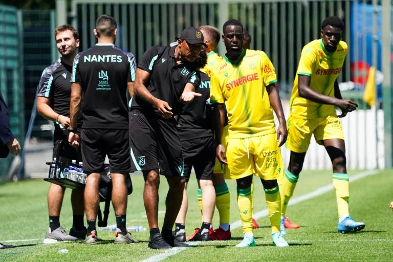 Antoine Kombouaré donne des consignes à un joueur du FC Nantes.